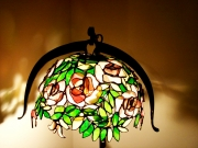 Rozsabokor-tiffany-lampa-kovacsoltvas-allvannyal-1