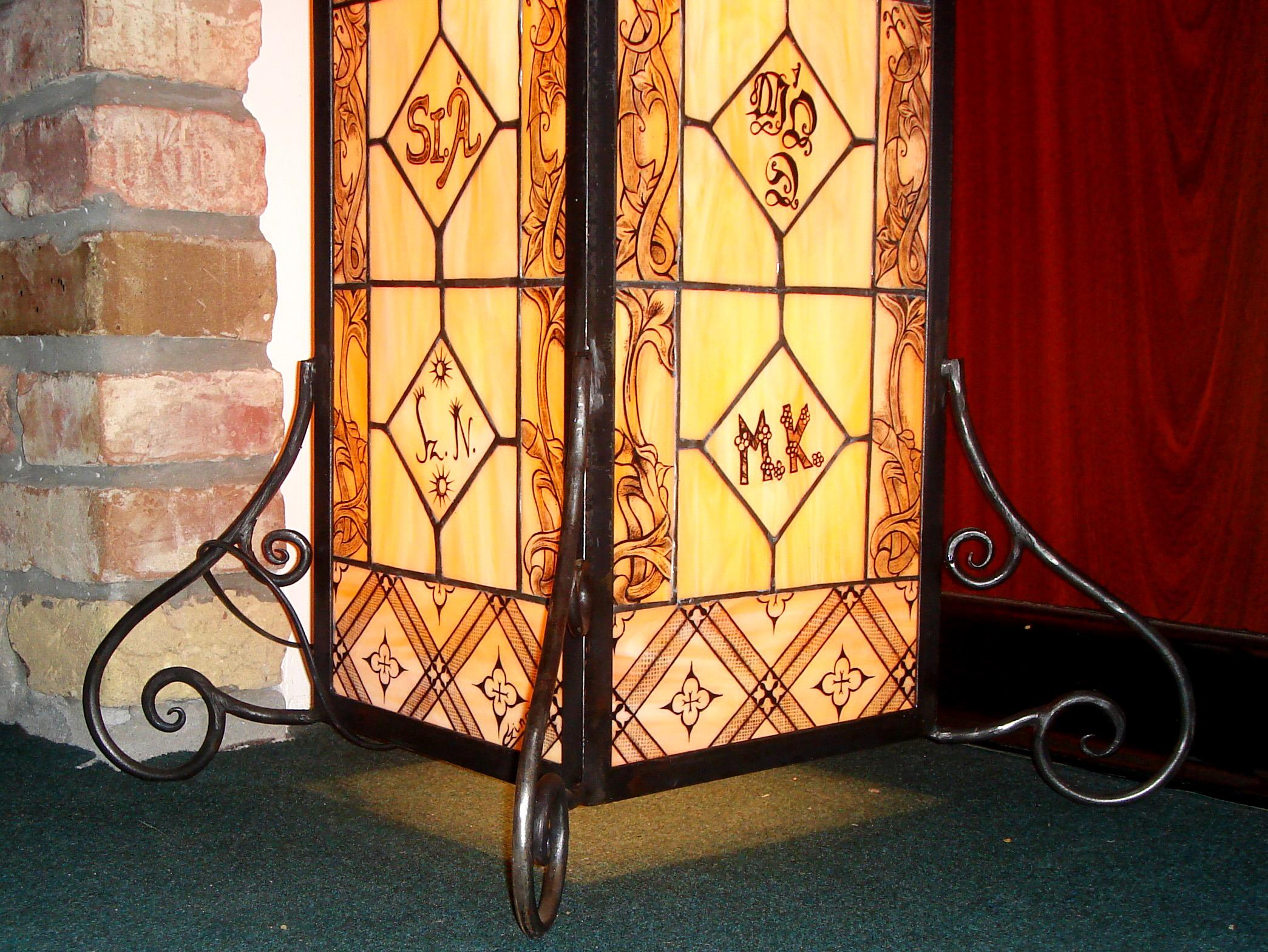 Szogletes-kezzel-festett-tiffany-lampa-kovacsoltvas-tartoval-2