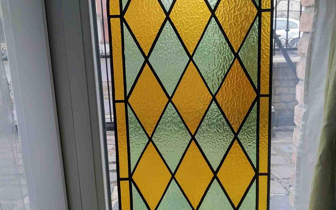 Rácsos ólomüveg ablak
